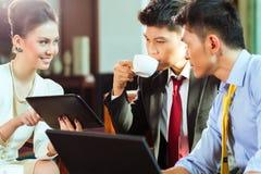 Китайские t бизнесмены встречи представления Стоковое Фото