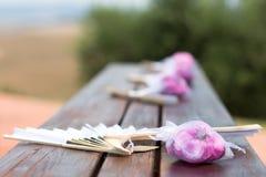 Китайский вентилятор и розовые затворы стоковое фото