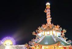 Китайский висок украшенный с красочными светами в ноче на ежегодном событии стоковые фото