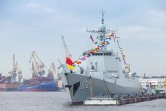 Китайский военный корабль 174 стоит на реке Neva Стоковые Фотографии RF