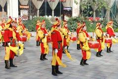китайский гонг барабанчика играя женщин Стоковая Фотография RF