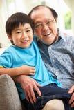 Китайский дед и внук ослабляя стоковая фотография rf