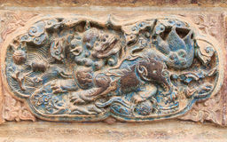 Китайский лев, скульптура древней стены в китайском виске, город Kunming, Стоковые Изображения