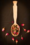 Китайский зеленый чай с розовыми бутонами Стоковое Изображение RF