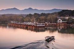 Китайский ландшафт вечера с рыбацкой лодкой Стоковые Фотографии RF