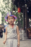 Китайский мальчик играя soapbubbles Стоковая Фотография RF