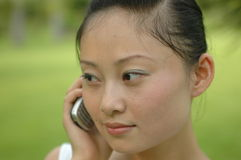китайский мобильный телефон девушки Стоковые Фотографии RF