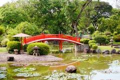 Китайский мост в озере подключая холм надежды стоковое изображение rf