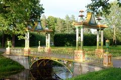 Китайский мост в парке Александра в Tsarskoye Selo Стоковая Фотография