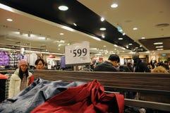 Китайский народ ходить по магазинам Стоковая Фотография