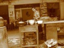 Китайский народ, азиатский фаст-фуд, китайское кафе на улице Стоковое Фото