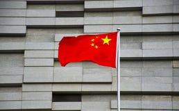 Китайский национальный флаг перед зданием Стоковые Фото