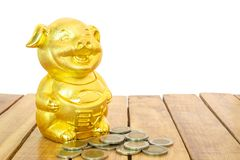Китайский Новый Год, золотая свинья или Piggy золото и золотые монеты на деревянном столе Год свиньи земли стоковое изображение rf