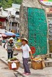 Китайский плодоовощ движения женщины с поляком нося Стоковое фото RF