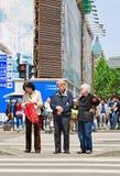 Китайский пожилой ждать на скрещивании зебры, Шанхае, Китае Стоковое Изображение