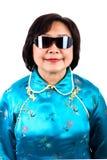 Китайский портрет женщины, нося солнечные очки Стоковое Изображение RF
