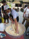 Китайский работник делая сахар Bosi стоковая фотография rf