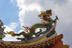 Китайский дракон на верхней части крыши виска Стоковое Фото