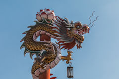Китайский дракон на красном поляке на Wat Phananchoeng Стоковое Фото