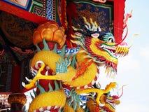 Китайский дракон обернутый вокруг красного поляка стоковые фотографии rf