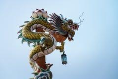 Китайский дракон перед фото голубого неба Стоковая Фотография