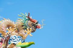 Китайский дракон с голубым небом, статуей дракона на крыше Стоковые Фотографии RF