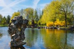 Китайский сад исправленной луны Озеро с каменной башней Стоковая Фотография RF