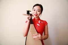 Китайский совершитель фольклорной музыкы играя пипу Стоковые Фотографии RF