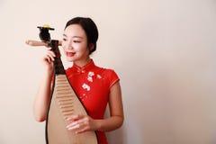 Китайский совершитель фольклорной музыкы играя пипу Стоковые Фото