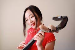 Китайский совершитель фольклорной музыкы играя пипу Стоковая Фотография