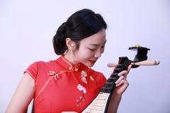 Китайский совершитель фольклорной музыкы играя пипу Стоковое Фото