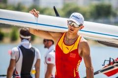 Китайский спортсмен на мире гребя конкуренцию чашки носит шлюпку стоковая фотография rf