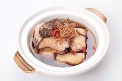 Китайский травяной куриный суп в claypot Стоковая Фотография
