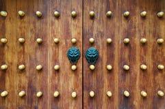 Китайский традиционный doorknob и деревянные двери Старая ручка металла на деревянной старой двери Knocker двери в форме a Стоковая Фотография RF
