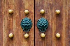 Китайский традиционный doorknob и деревянные двери Старая ручка металла на деревянной старой двери Knocker двери в форме a Стоковое Изображение RF