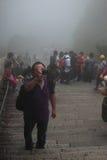 Китайский турист делает фото на шагах в парк  стоковая фотография rf