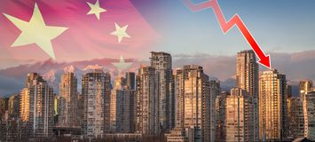 Китайский флаг и стрелка убывающего тренда показывая падение в цены недвижимости Ванкувера перекрытые над заходом солнца стоковые изображения rf