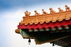 китайский цветастый декор украсил детальные плитки виска типа крыши традиционные очень Стоковые Изображения RF