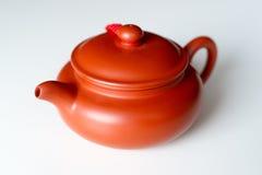 Китайский чайник глины на белой предпосылке Стоковое Изображение