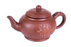 Китайский чайник глины на белом backgrown Стоковые Фото