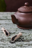 Китайский чайник глины с черным чаем Стоковая Фотография