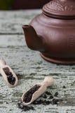 Китайский чайник глины с черным чаем Стоковые Фотографии RF