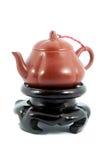 Китайский чайник на деревянной стойке в белой предпосылке Стоковая Фотография
