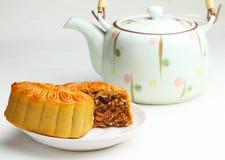 Китайский чайник с mooncake стоковые фото