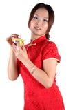 китайский чай девушки чашки Стоковая Фотография