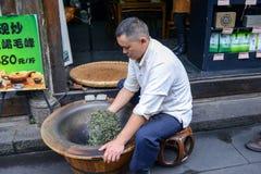 Китайский чай Stir-засыхания человека, Стоковое фото RF