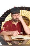 китайский человек costume читает Стоковые Фото