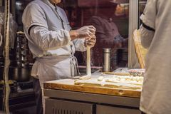 Китайский шеф-повар делая вареники в кухне стоковые изображения rf
