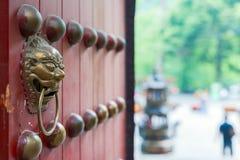 Китайский knocker двери на красном цвете раскрыл строб с внешним взглядом нерезкости Стоковая Фотография RF