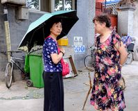 2 китайских женщины на улице в Hutong в Пекине Стоковая Фотография RF